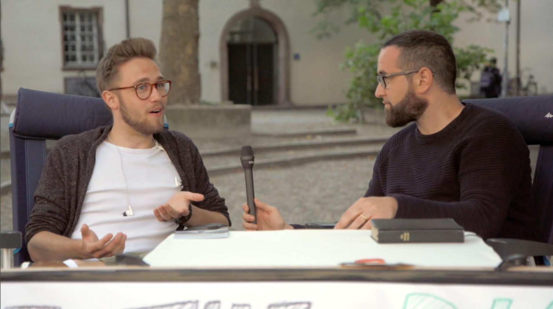 Gibt es Gott? | Atheist trifft Christ | Freundliche Straßendebatte – Teil 1